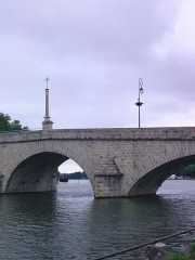 Croix de pierre -  Pont du moyen-age de 214m de long et de 16 arches (il en reste 10)surmonté d\'une croix érigée en 1739.