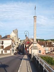 Croix de pierre - Français:   Croix du Pont Saint-Nicolas, dite la croix de pierre, à Villeneuve-sur-Yonne (Yonne, France)