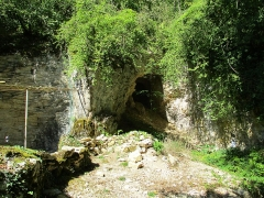 Grottes préhistoriques - English: Arcy-sur-Cure, Yonne, Burgundy, France. Grotte du Renne (Deer cave). In the recess seen here on the  left only a few meters is the entrance of the