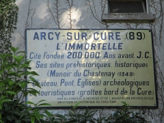 Grottes préhistoriques - English: Grottes d'Arcy, Yonne, Burgundy, France. Old touristic sign about Arcy, now displayed on the toilet building facing the car park, in front of the ticket building and near the entrance of the Great cave.