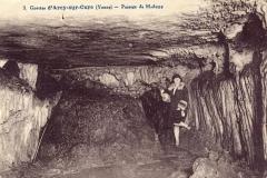 Grottes préhistoriques -  Un passage dans la Grande grotte du site d'Arcy-sur-Cure, Yonne, Bourgogne, France.