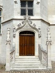 Ancien palais épiscopal, ancien palais de justice, actuellement musée départemental de l'Oise - Ancien palais épiscopal - musée départemental de l'Oise, portail en bas de la tour.