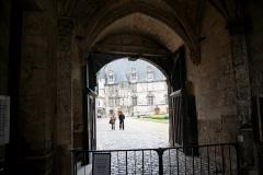 Ancien palais épiscopal, ancien palais de justice, actuellement musée départemental de l'Oise - English: Beauvais - Le Musée Départemental de Beauvais - Ticket Office in the Towers - View WNW on the Inside Court