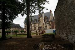 Ancien palais épiscopal, ancien palais de justice, actuellement musée départemental de l'Oise - English: Beauvais - Rue du Musée - View West on Inside Court of Le Musée Départemental de Beauvais, an Ancient Episcopal Palace