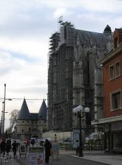 Ancien palais épiscopal, ancien palais de justice, actuellement musée départemental de l'Oise -  Beauvais (Oise, France) -   La cathédrale (avec échafaudages en mars 2008) et le Musée.