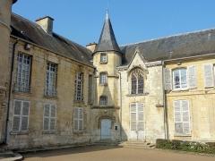 Châteaux de la Douye et du Roi Jean, au milieu d'un parc, en face de l'église - Français:   Portail du château, à l\'angle entre les ailes sud et est.