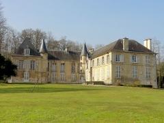 Châteaux de la Douye et du Roi Jean, au milieu d'un parc, en face de l'église - Français:   Château de la Douye au parc municipal, vue depuis l\'est.