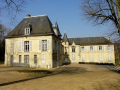 Châteaux de la Douye et du Roi Jean, au milieu d'un parc, en face de l'église - Français:   Château de la Douye, vue depuis le sud.