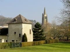 Châteaux de la Douye et du Roi Jean, au milieu d'un parc, en face de l'église - Français:   Ancien colombier du château du roi Jean et église Saint-Pierre, vue depuis le parc municipal.