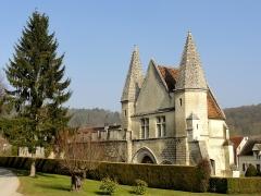 Châteaux de la Douye et du Roi Jean, au milieu d'un parc, en face de l'église - Français:   Château du roi Jean.
