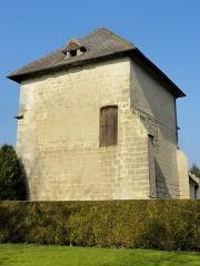 Châteaux de la Douye et du Roi Jean, au milieu d'un parc, en face de l'église - Français:   Château du roi Jean, ancien colombier.