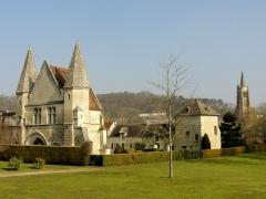 Eglise Saint-Pierre - Français:   Château du roi Jean, façade occidentale; à droite l\'ancien colombier puis le clocher de l\'église Saint-Pierre.