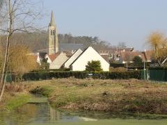 Eglise Saint-Pierre - Français:   Vue sur l\'église depuis le parc municipal.