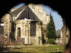 Eglise Saint-Pierre - Français:   Ancien chœur avec abside en hémicycle, désaffecté. À droite, bâtiment médiéval de la Chambrerie.