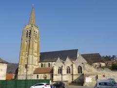 Eglise Saint-Pierre - Français:   Vue d\'ensemble depuis le sud. À droite derrière le mur, l\'on aperçoit le toit provisoire de l\'ancien chœur, aujourd\'hui pratiquement ruiné.