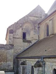 Eglise Saint-Pierre - Français:   Bâtiment médiéval de la Chambrerie, ancien siège de la juridiction du Chambrier de France, entre le cimetière et le chœur aujourd\'hui desaffecté de l\'église Saint-Pierre; façade occidentale.