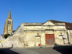 Eglise Saint-Pierre - Français:   Portail du XIXe siècle, rue d\'Esmery, et clocher de l\'église Saint-Pierre.