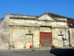 Eglise Saint-Pierre - Français:   Portail du XIXe siècle de la Chambrerie, de style néoclassique.
