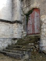 Eglise Saint-Pierre - Français:   Porte condamnée à côté de l\'église, au sud-ouest.