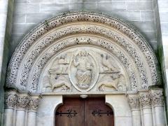 Eglise - Français:   Archivolte et tympan du portail, dans la tour, côté nord.