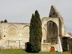 Ruines de la grange aux dîmes - Français:   Intérieur de la grange ruinée, côté est.