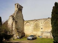 Ruines de la grange aux dîmes - Français:   Intérieur de la grange ruinée, côté ouest.