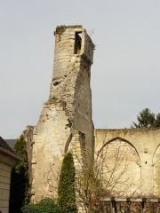Ruines de la grange aux dîmes - Français:   Tour de guet sur le pignon occidental.