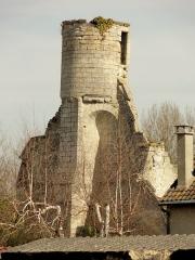 Ruines de la grange aux dîmes - Français:   Tour de guet sur le contrefort central du pignon occidental, avec deux trompes.