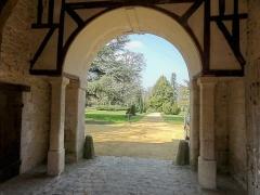 Abbaye de Royallieu - Français:   Vue sur le parc de Bayser depuis l\'intérieur de l\'ancienne porterie de l\'abbaye.