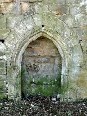 Abbaye de Royallieu - Français:   Vestige d\'un bâtiment conventuel: fenêtre.