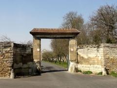Abbaye de Royallieu - Français:   Portail de l\'ancienne ferme de l\'abbaye.