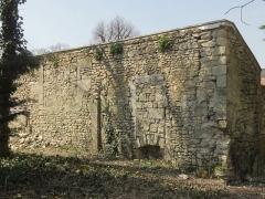 Abbaye de Royallieu - Français:   Vestiges d\'un bâtiment conventuel au parc Songeons, servant actuellement de mur de clôture.