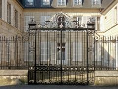 Hôtel de la Petite Rose - Français:   Hôtel de la Petite-Rose - ancien hôtel du Grand-maître de France, 32bis rue d\'Austerlitz.