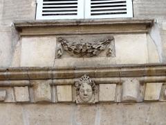 Hôtel des Rats - Français:   Cartouche avec guirlande et tête sculptée (1).