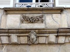 Hôtel des Rats - Français:   Cartouche avec guirlande et tête sculptée (2).