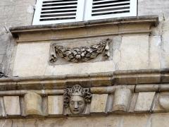 Hôtel des Rats - Français:   Cartouche avec guirlande et tête sculptée (3).