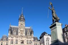 Hôtel de ville - Français:   L\'hôtel de ville de Compiègne et la statue de Jeanne d\'Arc (Oise, France).