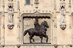 Hôtel de ville - Français:   Statue équestre de Louis XII, sur la façade de l\'hôtel de Ville de Compiègne (Oise, France).
