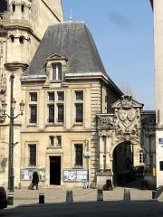 Hôtel de ville - Français:   Bâtiment annexe au sud (office du Tourisme) et porte de l\'Arsenal (accès au musée de la Figurine).