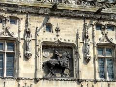 Hôtel de ville - Français:   Vue de détail de la façade du premier étage, avec statue équestre en haut-relief et niches à statues.