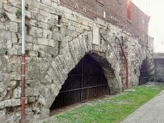 Pont de Jeanne d'Arc sous la maison (les arches) - Français:   Deux arcades de l\'ancien pont Saint-Louis disparu sous une maison rue du Harlay, visible dans un étroit passage reliant cette rue au quai Florant-Agricola, situé dans le prolongement nord de la rue Jeanne-d\'Arc.