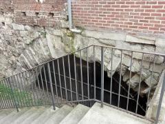 Pont de Jeanne d'Arc sous la maison (les arches) - Français:   La première des deux arcades subsistant du pont.