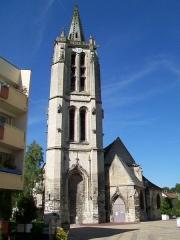 Eglise Saint-Médard - Le haut clocher et la façade occcidentale; la tour et le portail sont désaxés par rapport à la nef.