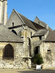 Eglise Saint-Médard - Ancien croisillon sud, dont l'on aperçoit le pignon au centre; derrière, le pignon intermédiaire s'explique par le rehaussement du croisillon nord pour devenir une partie du nouveau chœur au XIVe siècle; à gauche, porche agrandi à la fin du XVe siècle; à droite, collatéral sud de l'ancien chœur, comportant un mur biais à droite.
