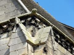 Eglise Saint-Médard - Tête sculptée sur le chaperon du contrefort de droite de l'extrémit de l'ancien croisillon, frise de feuilles d'acanthe et petite gargouille à l'angle.