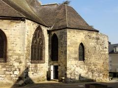 Eglise Saint-Médard - Baie dans le mur de l'ancien chevet et chapelle du début du XIIIe siècle; tout à droite, pan de l'ancien mur d'enceinte de la ville de Creil.