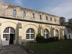 Ancienne abbaye Saint-Arnould - Français:   Ancien jardin du cloître, vue sur la galerie est.