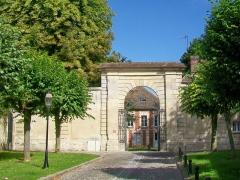 Ancienne abbaye Saint-Arnould - Français:   Le portail de l\'ancienne abbaye Saint-Arnould, place Saint-Arnould, à l\'extrémité nord-ouest de la vieille ville.