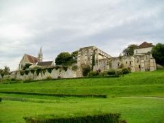 Ancienne abbaye Saint-Arnould - Français:   Panorama du rempart nord avec l\'église Saint-Denis et l\'ancien prieuré Saint-Arnoul.