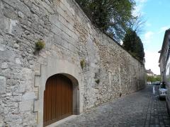 Ancien château Saint-Aubin - Français:   muraille du Château Saint-Aubin, Crépy-en-Valois
